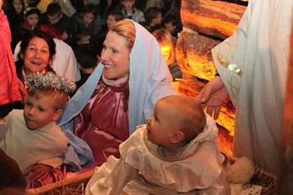 betlehemsku-obitelj-uprizorila-obitelj-koja-ocekuje-deseto-dijete