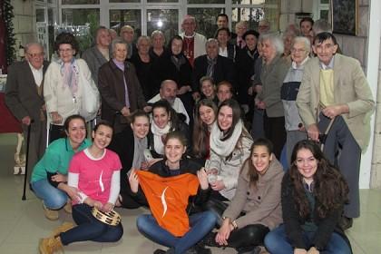 mladi-i-biskup-u-pohodu-domu-za-starije-i-nemocne