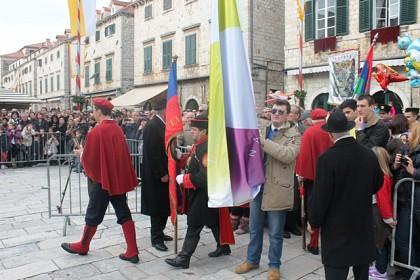 volonteri-shkm-a-s-barjakom-na-otvorenju-feste