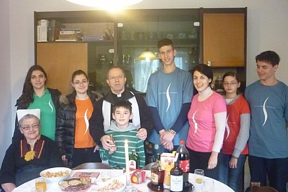 zupnik-i-volonteri-shkm-a-zajedno-u-blagoslovu-obitelji